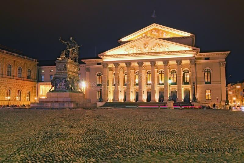 Известный национальный театр Bayerisches Nationaltheater и памятник Максимилиана i Иосиф из Баварии на Макс-Иосиф-Platz стоковая фотография