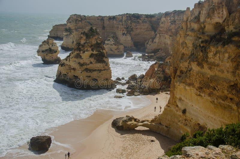 Известный песочный пляж da Marinha Прая около Лагоса, Португалии стоковое изображение rf