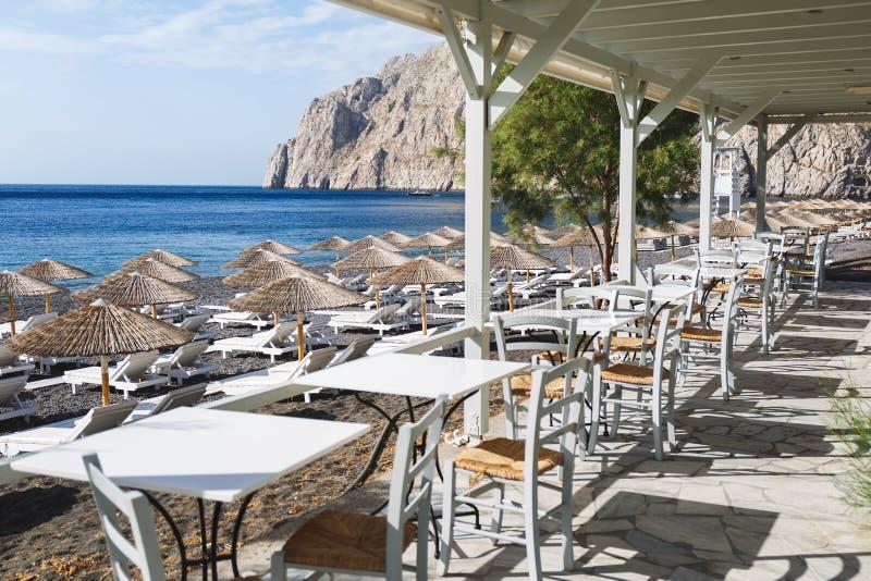Известный пляж отработанной формовочной смеси Kamari, взгляд от дорожки Остров Santorini, Греция стоковые фото