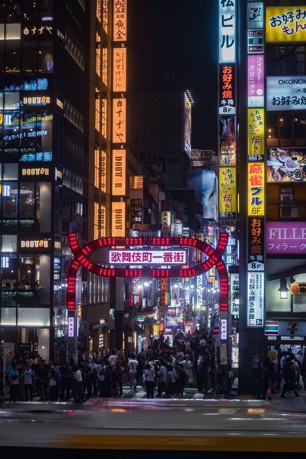 Известный район красного света Kabuki-cho в Shinjuku вечером Ориентация портрета стоковая фотография rf