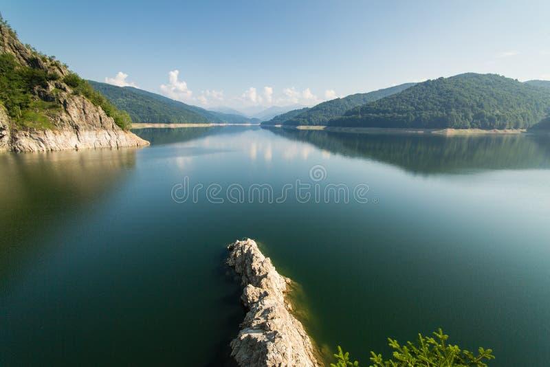 Известный румынский ландшафт: Озеро Vidraru запруд, в Румынии стоковые изображения rf