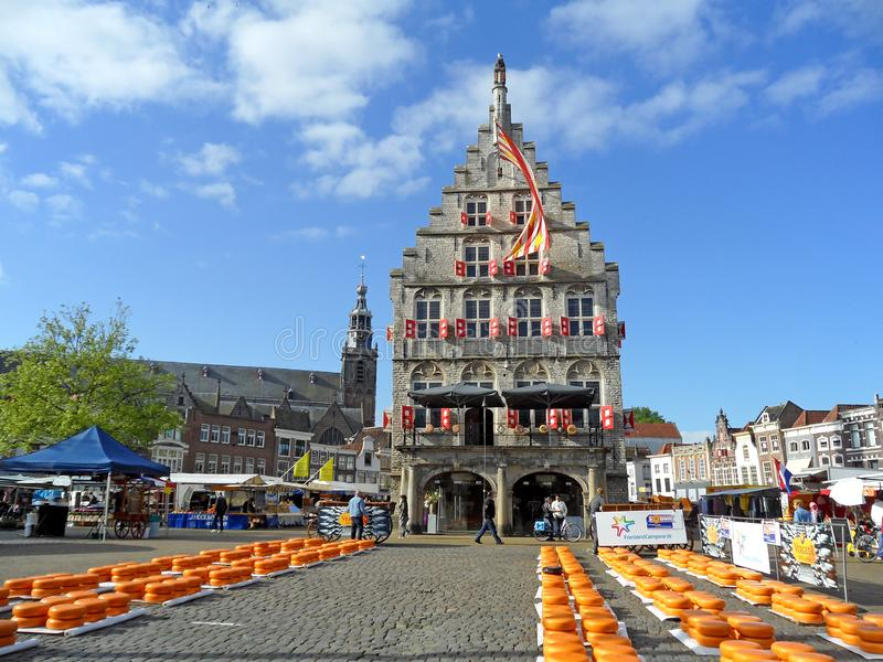 Известный рынок держат на утрах каждого четверга с апреля до августа, городская ратуша сыра гауда, который гауда, Нидерланд стоковое изображение rf