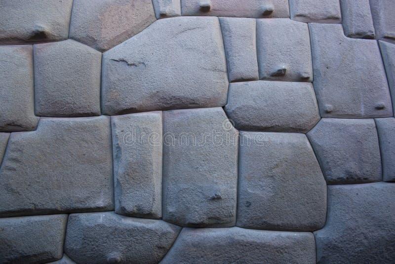 Известный Inca двинул под углом камень в стене Hatun Rumiyoc, археологический артефакт в Cuzco, Перу стоковое изображение