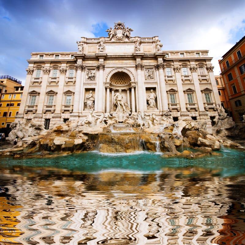известный trevi фонтана стоковое изображение rf