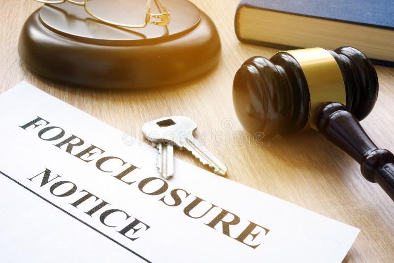 Извещение о и ключи лишения права выкупа на таблице суда стоковая фотография