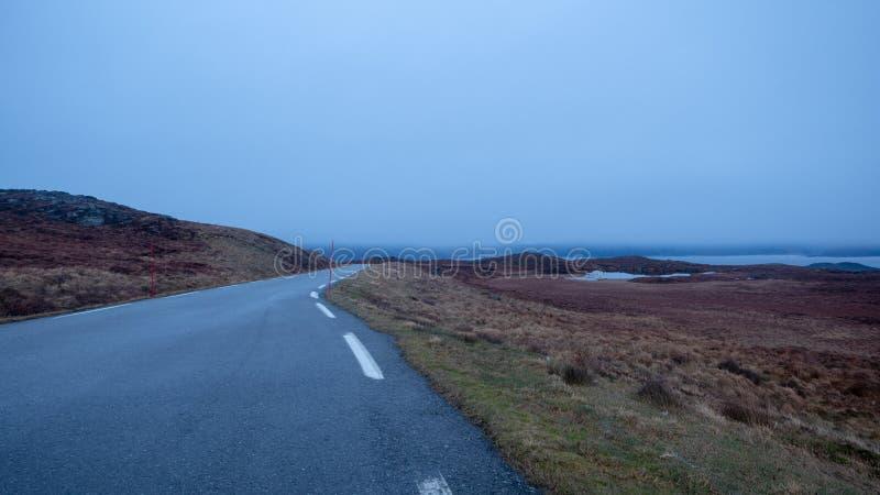Извилистая дорога вверху холм стоковые изображения