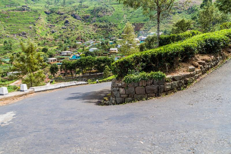 Извилистая дорога, плантации чая и небольшая деревня в горах около Haputale, Lan Sri стоковая фотография