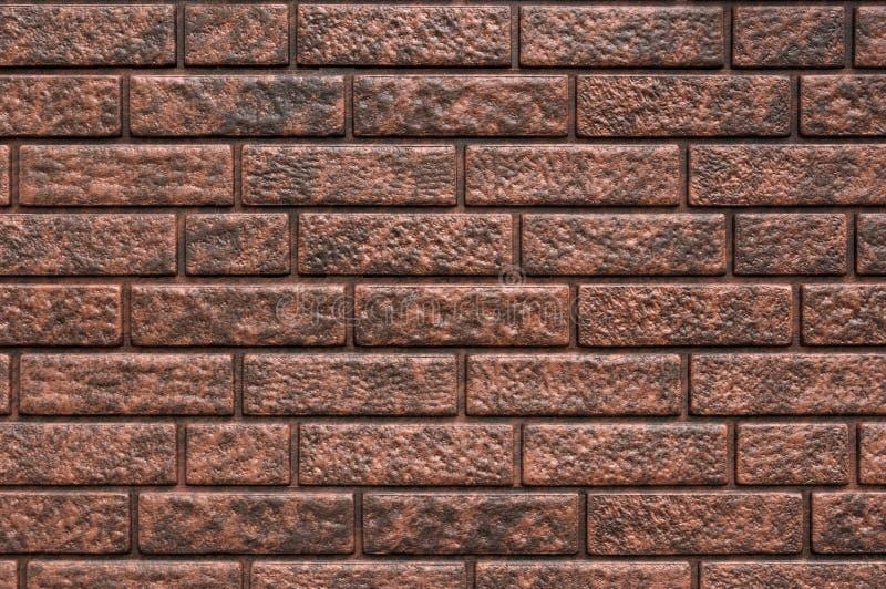 Извилистая текстура старинного темно-коричневого и красного кирпичного фона, гранулированные ржавые блоки каменно-произведенной т стоковое изображение