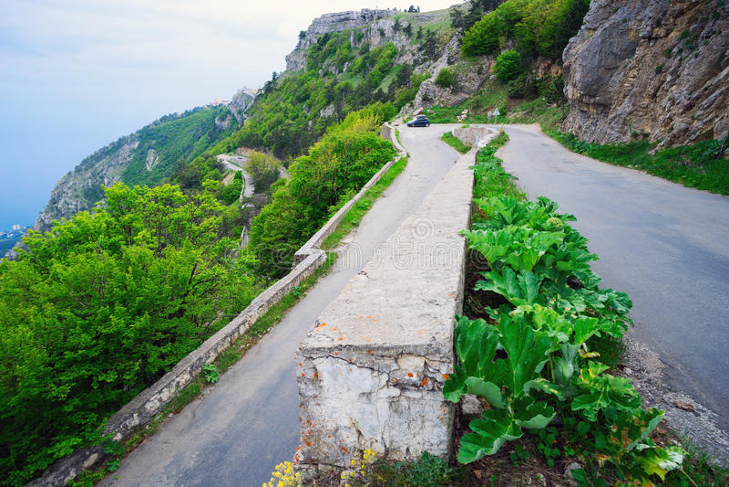 Извилистая дорога в горах стоковое фото