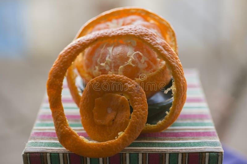 Извлеките корку tangerine Обнажая цитрус стоковые изображения