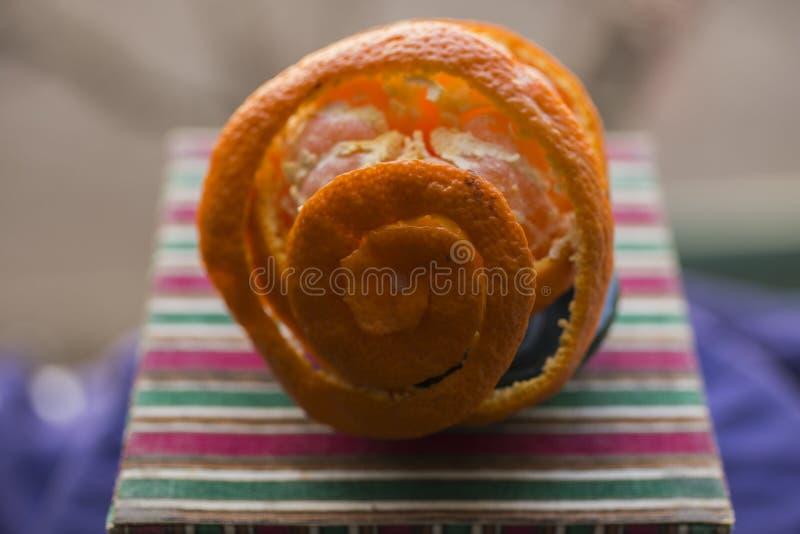 Извлеките корку tangerine Обнажая цитрус стоковая фотография