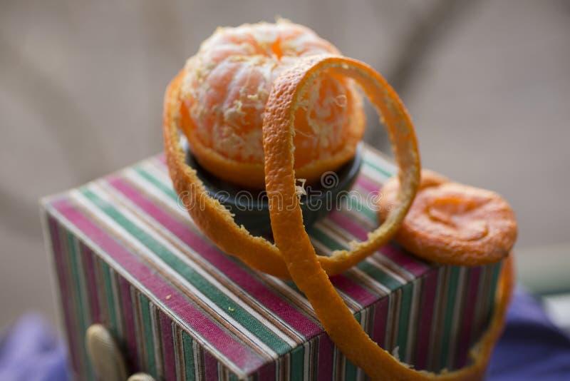 Извлеките корку tangerine Обнажая цитрус стоковое фото rf