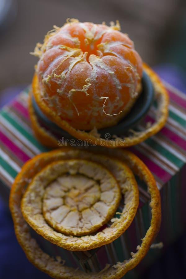 Извлеките корку tangerine Обнажая цитрус стоковые изображения rf