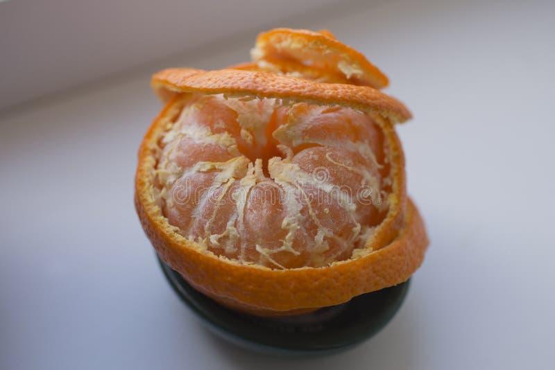 Извлеките корку tangerine Обнажая цитрус стоковое изображение