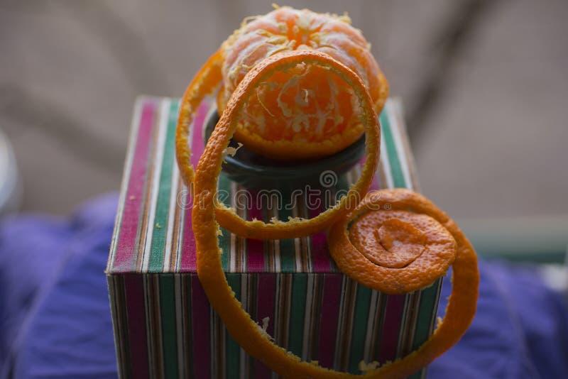 Извлеките корку tangerine Обнажая цитрус стоковая фотография rf