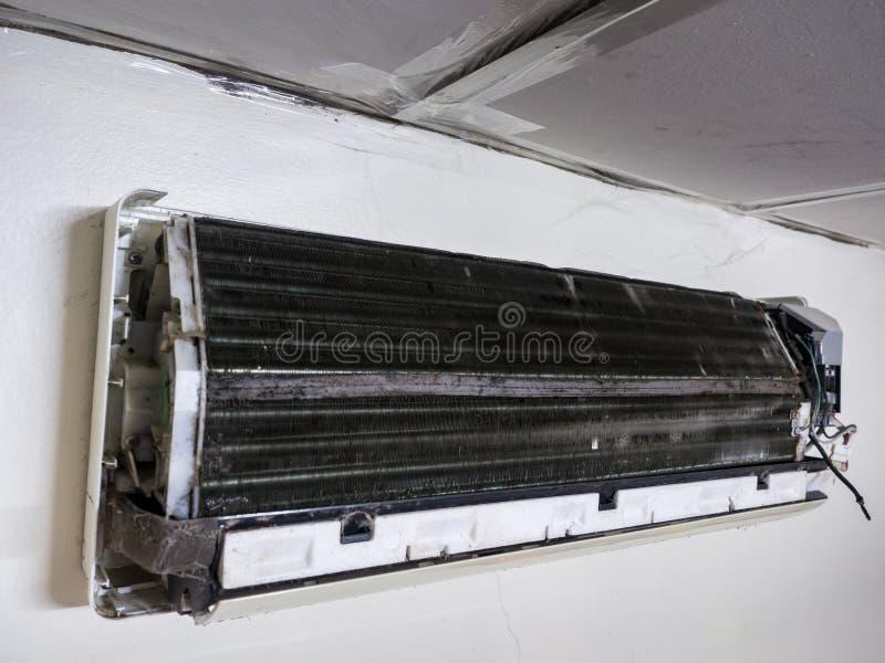 Извлекли крышка кондиционера воздуха и пакостного вентилятора клетки белки, ho стоковые фото