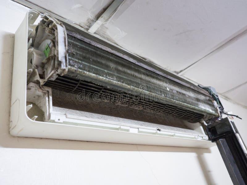 Извлекли крышка кондиционера воздуха и пакостного вентилятора клетки белки, ho стоковые изображения rf