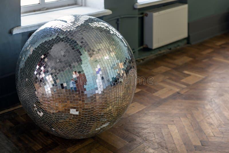 Извлекли старый шарик диско на поле твёрдой древесины деревянном Необязательный аксессуар ночного клуба от прошлого конца концепц стоковая фотография