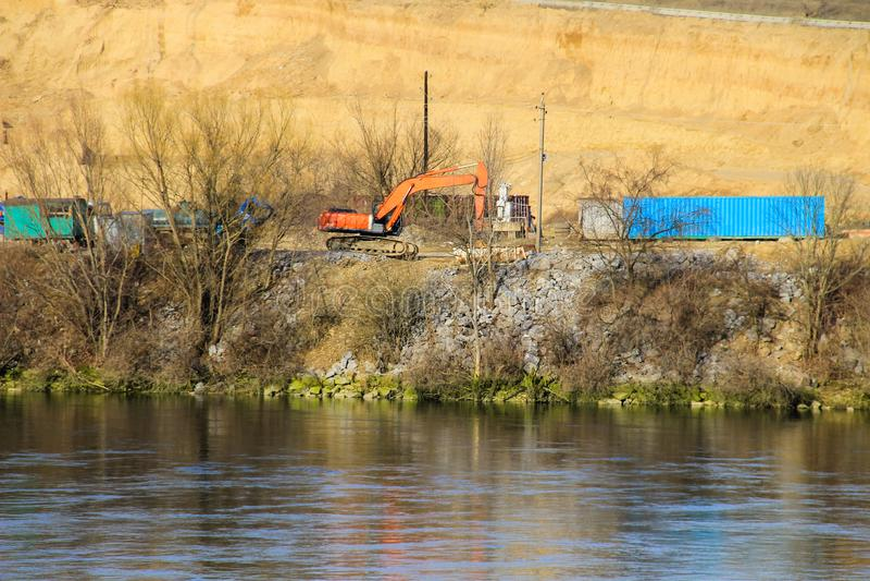 Извлечение минеральных ресурсов в карьере около реки Днестра стоковые фото