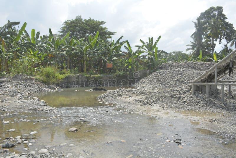 Извлечение песка и гравия на Matanao, Davao del Sur, Филиппинах стоковые изображения