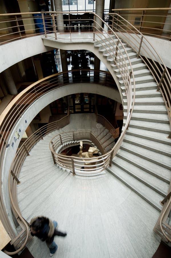 изгибать драматическую лестницу стоковое изображение