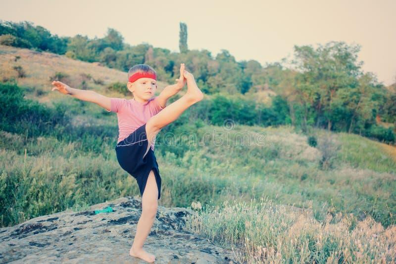Изгибчивый молодой мальчик делая тренировки стоковое изображение rf
