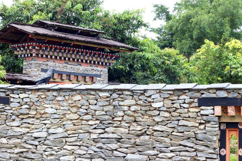 Изгородный камень в стиле Бутана на фоне сада стоковая фотография