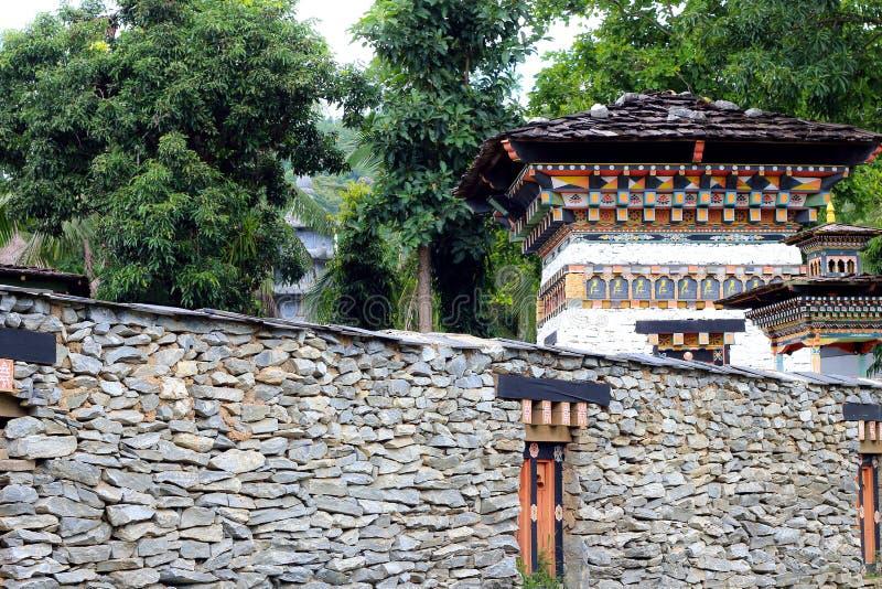 Изгородный камень в стиле Бутана на фоне сада стоковые фото