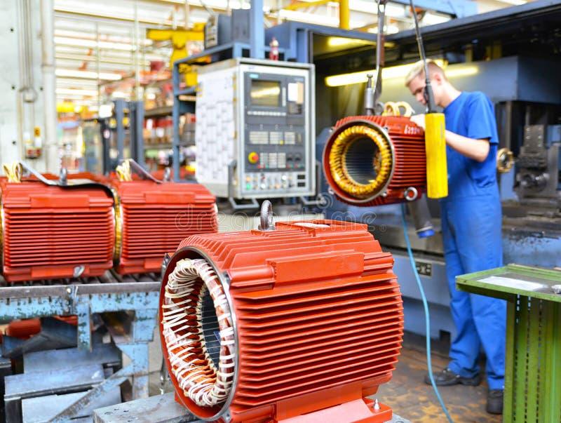Изготовление больших электронных моторов в промышленном предприятии - стоковые фото