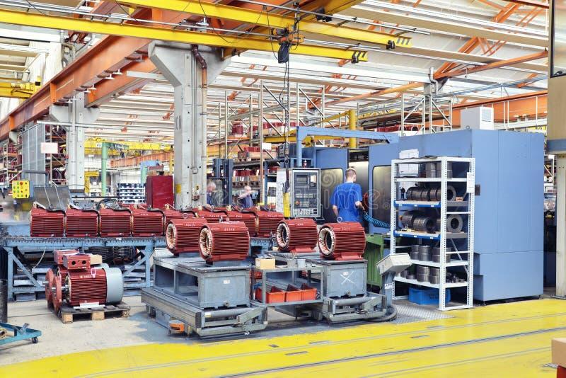 Изготовление больших электронных моторов в промышленном предприятии - стоковое фото