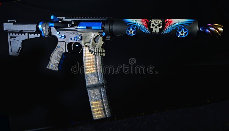 Изготовленный на заказ пистолет AR15 изолированный на черном HDR стоковая фотография rf