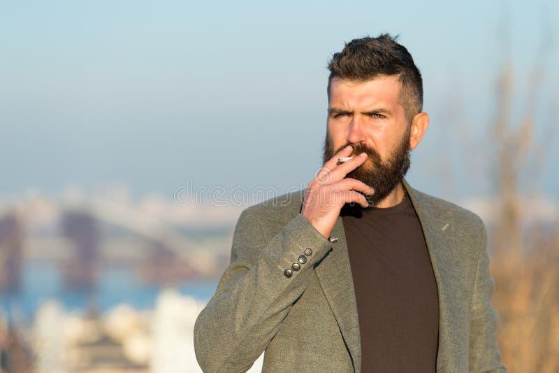 Издевательства над Никотином Курильщик сигарет Человек-медведь курит никотин на улице Приверженность никотину привычка курить стоковое фото
