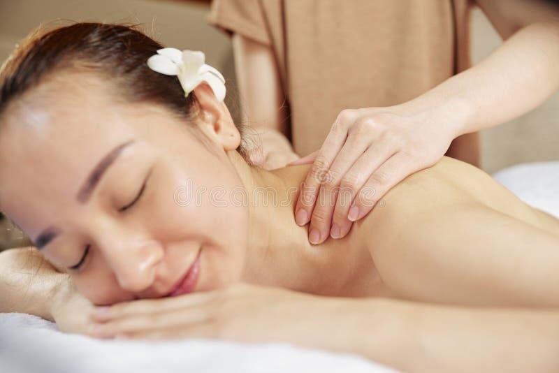 Излечивать массаж шеи и плеч стоковые изображения rf