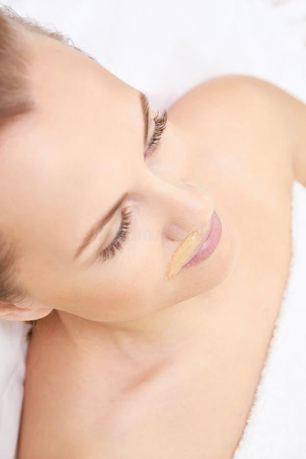 Излишнее epilation воска волос 15 детенышей женщины процедура по обработки салона косметологии Домашний вощить стоковые изображения rf