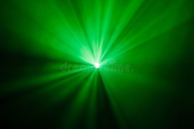 Излучает театральные фары на этапе во время представления Прожектор залы освещения equipment Дизайнер освещения Театральный дым стоковые фотографии rf