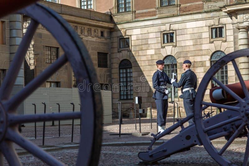 Изменение предохранителя гвардейца около шведского королевского дворца стоковая фотография