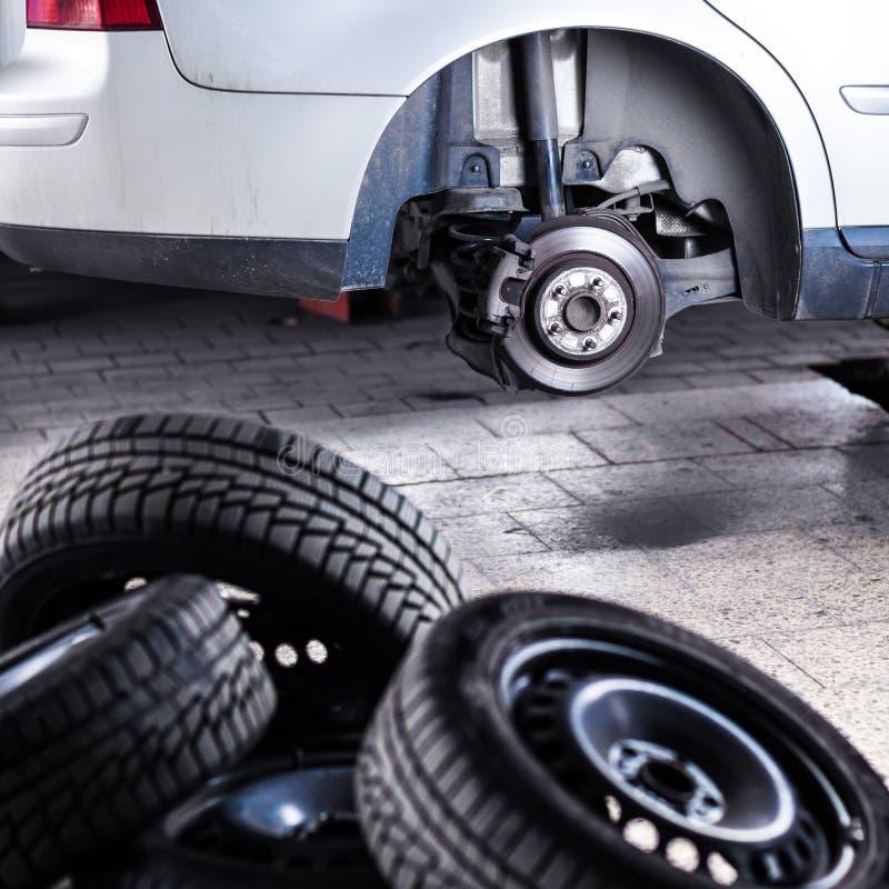 Изменять колесо самомоднейшего автомобиля стоковые изображения
