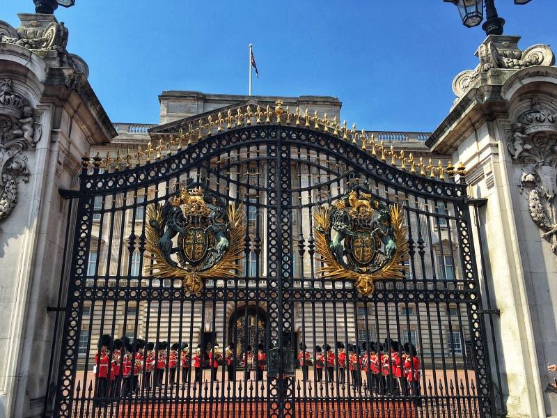 Изменять предохранителя в Букингемском дворце, Лондон стоковые фото