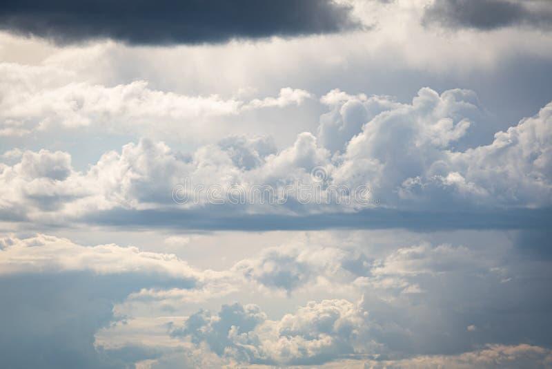 Изменяя облака погоды в небе на лете стоковые изображения