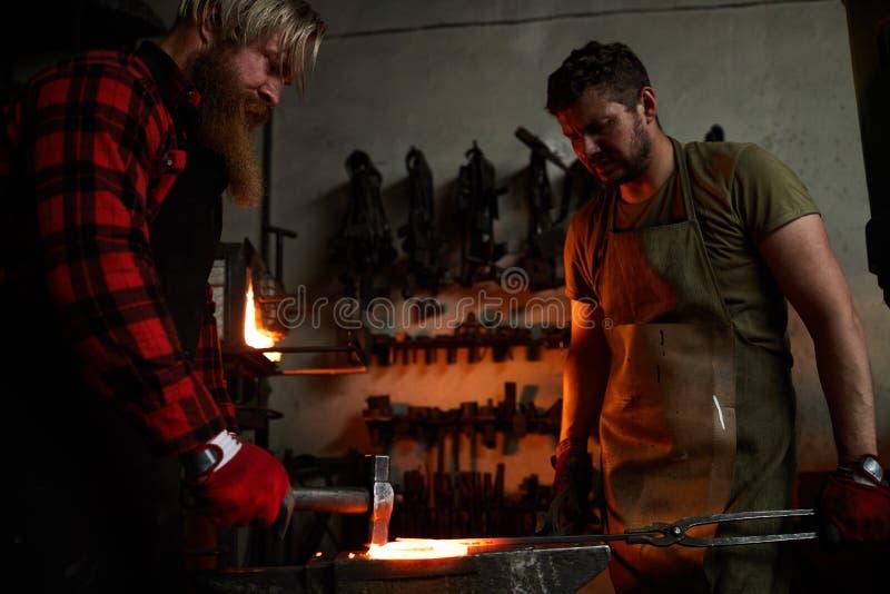Изменяя форма heated металла в smithery стоковое изображение rf