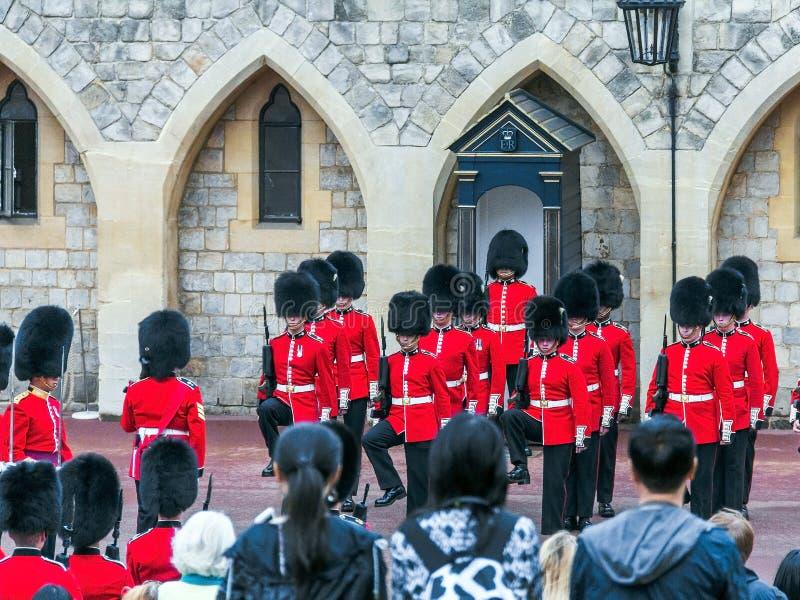 Изменяя церемония предохранителя случается в замке Виндзора стоковая фотография