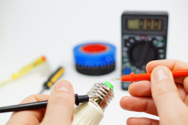 Измерения электрика сервисопригодность лампы стоковые фото