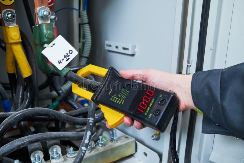 Измерения электрика с тестером вольтамперомметра стоковые изображения rf
