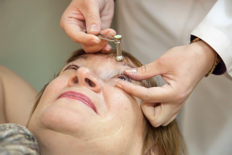 измеряет окулярное напряжение ophthalmologist стоковые фотографии rf