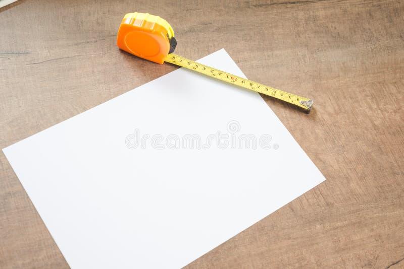 измеряя бумажная лента стоковая фотография