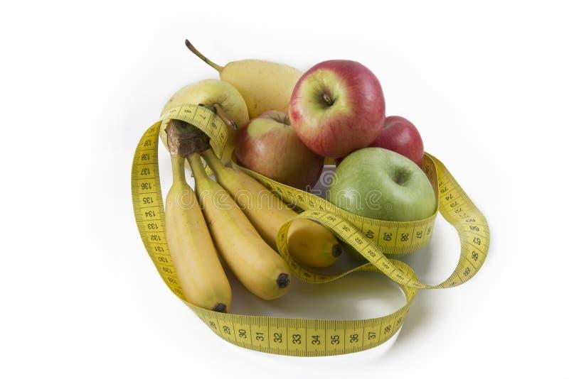 Измеряя лента обернутая вокруг нескольких свежих фруктов стоковое изображение rf