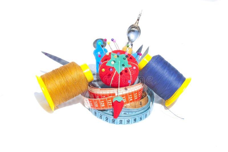 Download 3 измеряя ленты с шить аксессуарами Стоковое Изображение - изображение насчитывающей crochet, воцарения: 33731521