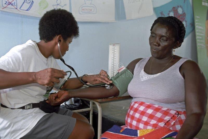 Измеряя кровяное давление, более старые женщины, доктор стоковое фото rf