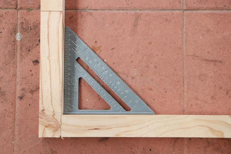 Измеряя угол деревянной структуры стоковое фото rf
