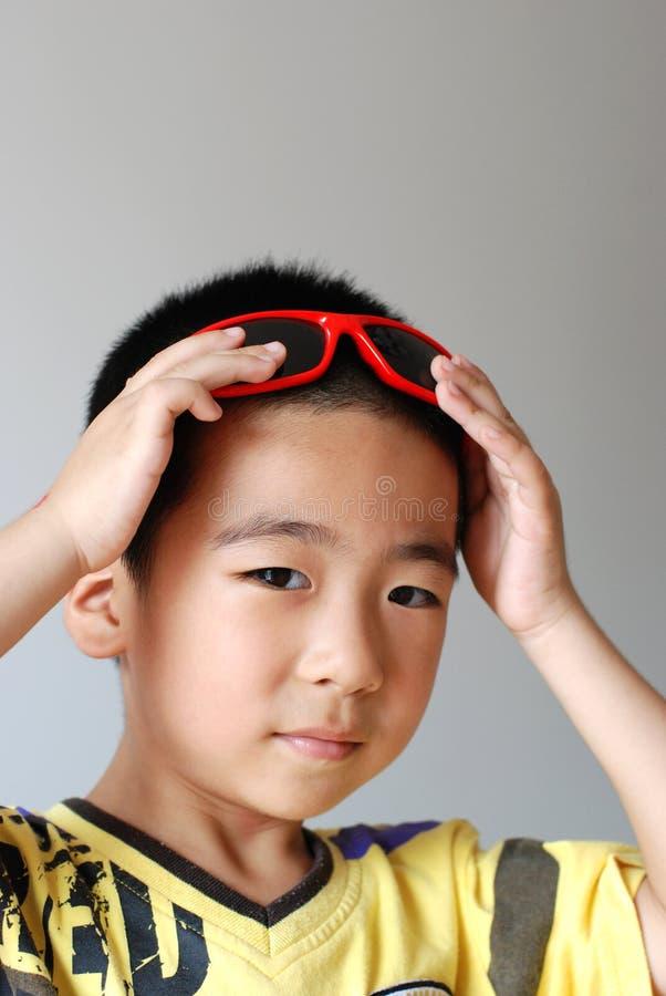 износ солнечных очков мальчика стоковое фото